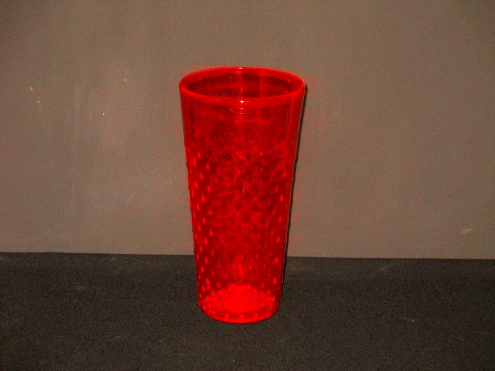 vase en verre rouge